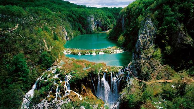 Vườn Quốc gia hồ Plitvice, Croatia: Được bao quanh bởi rừng sồi, linh sam và vân sam xanh tươi ngút tầm mắt, hệ thống 16 hồ xếp theo từng tầng trong Vườn Quốc gia hồ Plitvice, Croatia đổ xuống các thác và hồ nhỏ phía dưới, nổi tiếng với màu sắc đặc biệt ấn tượng của làn nước trong veo: màu ngọc lam, ngọc lục, hoặc xám xanh.