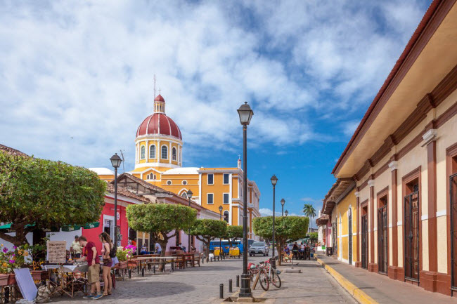 Nicaragua: Trái ngược với chi phí đắt đỏ ở Costa Rica, Nicaragua là địa điểm đến dành cho du khách bình dân. Giá phòng tại khách sạn El Caite bắt đầu từ 14 USD/đêm, trong khi khách sạn Pachamama có giá phòng thấp hơn chỉ 13 USS/đêm. Đồ ăn ở đây cũng tương đối rẻ khoảng 2 USD/suất.