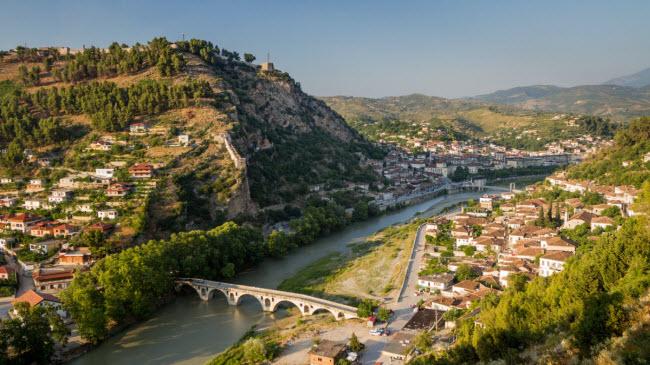 Albania: Nhiều du khách đã lựa chọn Croatia như một điểm đến mới nổi, nhưng Albania mới địa điểm ưa thích của những người có kinh phí eo hẹp. Quốc gia này nổi tiếng với công trình kiến trúc thời Ottoman và nhiều lựa chọn giải trí hấp dẫn. Giá thuê phòng gồm bữa sáng tại thủ đô Tirana khoảng 15 USD/đêm và suất ăn tại nhà hàng bình dân khoảng 5 USD.