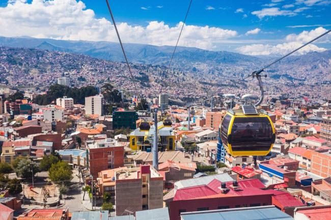 Bolivia: Quốc gia Nam Mỹ thu hút du khách với dãy núi Andes và sa mạc Atacama cùng rừng nhiệt đới Amazon. Chi phí du lịch tại thành phố La Paz cũng tương đối rẻ, với giáthuê phòng khoảng 17 USD/đêm bao gồm bữa sáng và wi-fi miễn phí. Các nhà hàng với suất ăn cố định có giá từ 2 đến 3 USD.