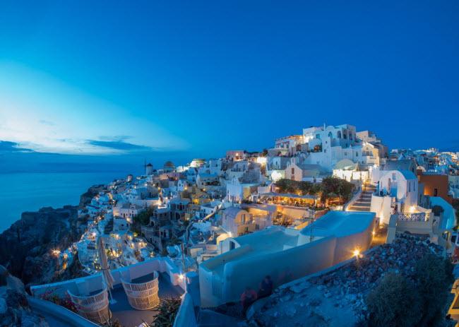 Hi Lạp: Bên cạnh những hòn đảo tuyệt đẹp, Hi Lạp cũng được biết tới là địa điểm du lịch có chi phí tương đối thấp. Tại đảo Santorini, giá phòng nghỉ chỉ từ 14 USD/đêm và bữa tối tại nhà hàng bình dân khoảng 17 USD/suất. Nếu thưởng thức tại quán ăn nhanh, du khách chỉ tốn khoảng 5 USD/suất.