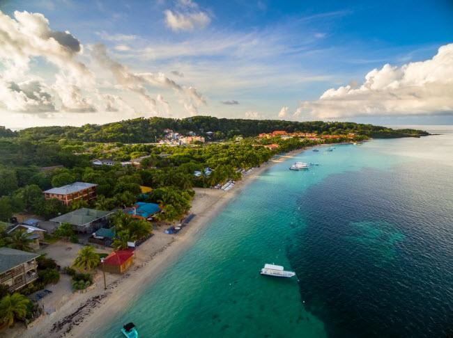 Roatán, Honduras: Hòn đảo Roatán được coi là thiên đường của những người yêu biển và đại dương. Chi phí sinh hoạt ở đây tương đối rẻ khiến nhiều du khách ngạc nhiên. Giá phòng nghỉ chỉ từ 10 USD/đêm và bạn có thể tự nấu ăn trong bếp của khách sạn để tiết kiệm tiền.