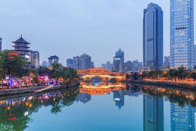 Trung Quốc: Rời khỏi thủ đô Bắc Kinh, du khách có thể thoải mái chi tiêu với 20 USD/ngày ở Trung Quốc. Tại thành phố Thành Đô, giáthuê phòng nghỉ chỉ từ 5 USD/đêm và khách sạn cách các địa điểm du lịch chỉ khoảng 5 phút đi bộ. Đồ ăn ở đây rất phong phú với giá từ 4 đến 15 USD/suất.