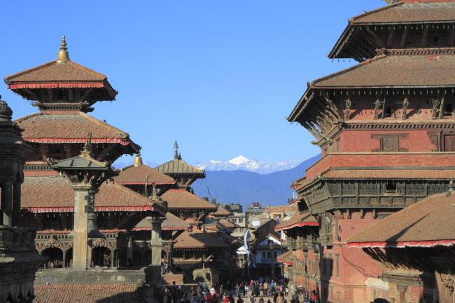 Nepal: Nepal có nhiều phong cảnh thiên nhiên tuyệt đẹp, nhưng đây lại là một trong những quốc gia kém phát triển nhất thế giới. Giá phòng tại khách sạn Shangrila Boutique ở thủ đô Kathmandu chỉ khoảng 9 USD/đêm, bao gồm bữa sáng và wi-fi miễn phí. Bạn có nhiều lựa chọn cho đồ ăn giá rẻ tại nhà hàng như Fren's Kitchen và Yangling Tibetan.
