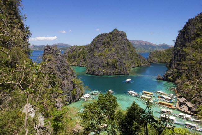 """Đảo Coron, Philippines: Hòn đảo nổi tiếng với những bãi biển đẹp. """"Nơi đây có nhiều hồ nước trong xanh và bãi biển đẹp"""", Katharine Cortes, người sáng lập blog Tara Lets Anywhere, đánh giá. """"Giá phòng chỉ từ 10 đến 12 USD/đêm, trong khi suất ăn chỉ khoảng 1 đến 2 USD""""."""