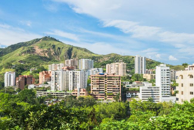 Colombia: Quốc gia Nam Mỹ này ngày càng trở thành địa điểm du lịch phổ biến, theo blogger Joe Wareham. Một trong trong những điểm đến hấp dẫn là vùng Cali, được mệnh danh là thủ đô của âm nhạc salsa. Chi phí thuê phòng nghỉ ở đây khoảng 10 USD/đêm, bao gồm một khóa học salsa vào buổi tổi.