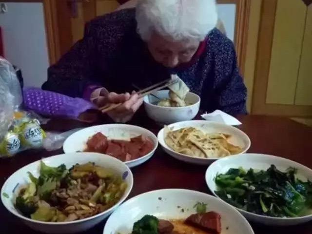 Người đàn ông tự tay nấu cho mẹ cơm 3 bữa không trùng món nào trong suốt 700 ngày
