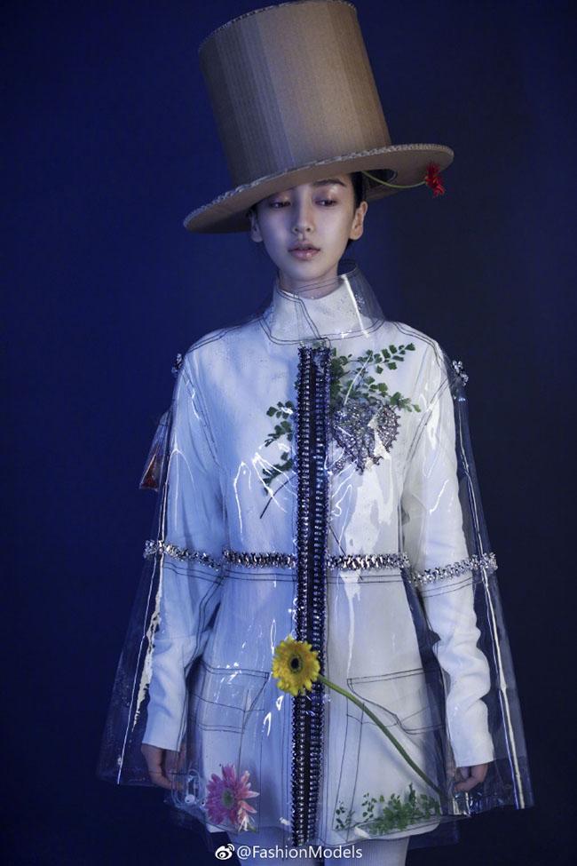 Bà mẹ một con Angelababy trở thành gương mặt trang bìa của Marie Claire trong một concept vô cùng khác lạ.