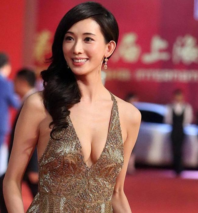 """Đứng đầu danh sách mỹ nhân Hoa Ngữ gầy gò nhưng ngực khủng không ai khác đó chính là Lâm Chí Linh. Là một siêu mẫu nên một vóc dáng mảnh mai là rất cần thiết đối với người đẹp nhưng không vì thế mà vòng một của cô cũng bị """"lép"""" như đa số người mẫu khác."""