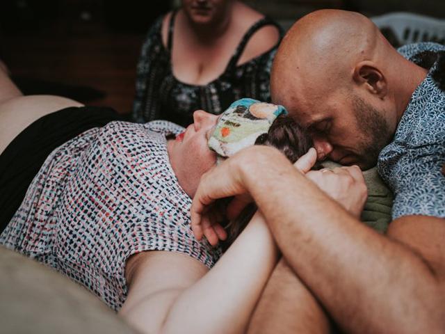 Bộ ảnh sinh con đầy nước mắt của người phụ nữ đẻ hộ 2 chàng trai