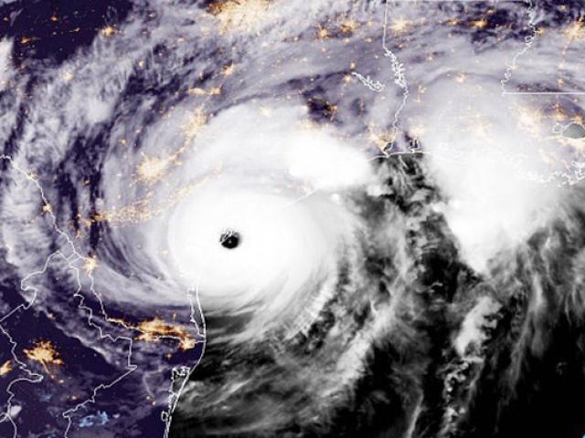 Những hình ảnh cho thấy sức công phá khủng khiếp khi siêu bão thập kỷ Harvey đổ bộ nước Mỹ