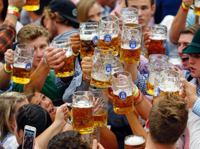 Munich, Đức: Mùa thu ở thành phố Munich cũng là thời điểm diễn ra lễ hội Oktoberfest, với các sự kiện văn hóa, thưởng thức bia và giải trí mang đậm phong cách truyền thống của người Đức. Lễ hội diễn ra từ giữa tháng 9 đến đầu tháng 10 hằng năm.