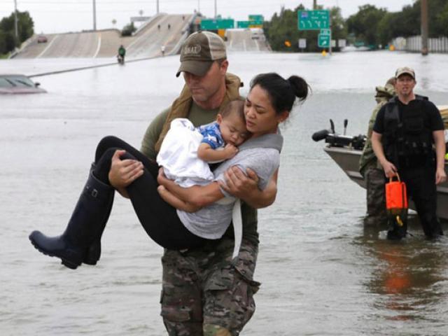 Khoảnh khắc cảnh sát bế hai mẹ con gốc Việt sau siêu bão Harvey lay động cư dân mạng