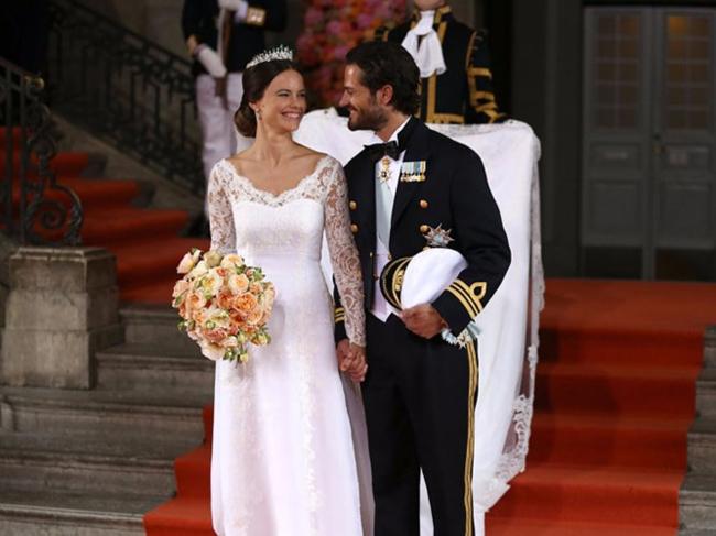 Ngoài những ngôi sao trong làng giải trí thì những vị công chúa, công nương hay nhưng phụ nữ quyền lực trong hoàng gia cũng luôn được quan tâm. Và dĩ nhiên, ngày trọng đại nhất cuộc đời là đám cưới của họ luôn nhận sự dõi theo và quan sát nhiệt tình. Váy cưới họ lựa chọn cũng luôn là chủ đề hấp dẫn.Công nương Sofia trong mẫu thiết kế của Sjöstedt trong lễ cưới cùng Hoàng tử Thuỵ Điển Carl Philip đã khiến người dân nơi đây mãn nhãn và nhận được vô số lời khen ngợi.
