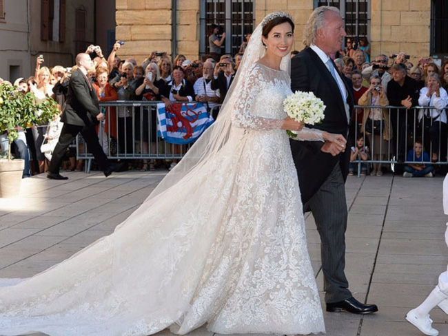 Công chúa Craire chọn váy cưới hiệuElie Saab vào năm 2013. Cô khoe vẻ rạng rỡ trong mẫu váy tinh xảo trên nền chất liệu cao cấp.
