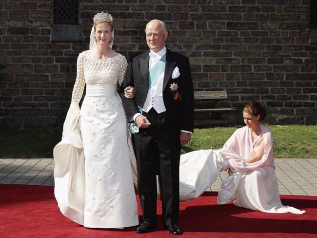 Công chúa Nathalie của Sayn-Wittgenstein-Berleburg diện mẫu váy cưới có phần cầu vai đan kết lạ mắt củaHenrik Hviid trong lễ cưới với ngài Alexander Johannsmann năm 2011.