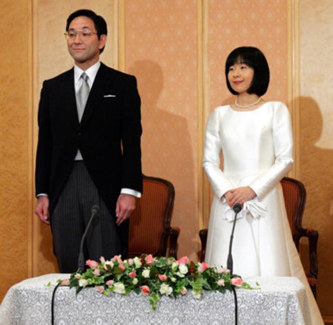 Trong khi bao người ao ước được bước chân vào dòng dõi hoàng gia thì công chúa Nhật Bản lại vì tình yêu mà hy sinh vị thế. Công chúa Sayako kết hôn với Yoshiki Kuroda, một người thường dân. Trong đám cưới, cô cũng tỏ ra tinh giản nhưng cũng đầy quý phái với mẫu váy được tạo điểm nhấn bằng chuỗi ngọc trai cổ điển.