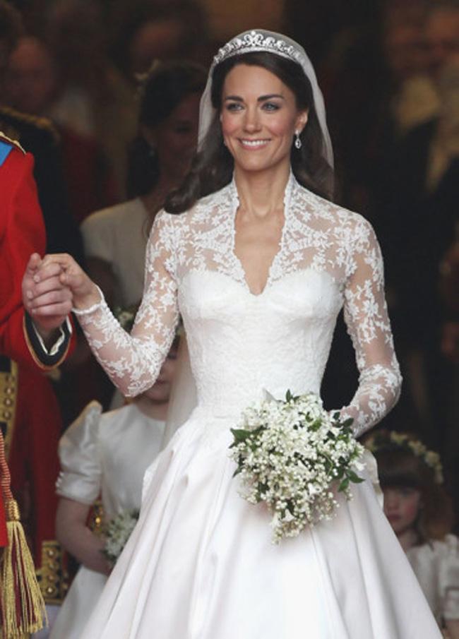 Và trong mẫu thiết kế của thương hiệuAlexander McQueen, công nương Kate đã khiến mọi trái tim người dân Anh say đắm trong đám cưới với Hoàng tử William.