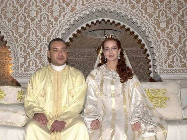 Kỹ sư Lalla Salma có nhan sắc ngọtngào đã được bước chân vào hoàng gia khi kêt hôn vớivua Morocco Mohamed VI. Lễ cưới của họ được tổ chức tạiCung điện hoàng gia ở Rabat, Morocco năm 2002.Lalla Salma diện váy cưới mang đậm chất dân tộc với tông màu trắng tinh khiết.