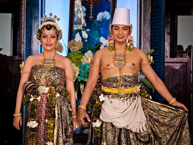 Lễ cưới củaHoàng tử Notonegoro và Công chúa Hayu được toàn thể người dân đất nước Indonesia ủng hộ và dõi theo nhiệt tình. Sau 10 năm tay trong tay, họ quyết định về chung một nhà trong trang phục cưới đậm chất dân tộc.