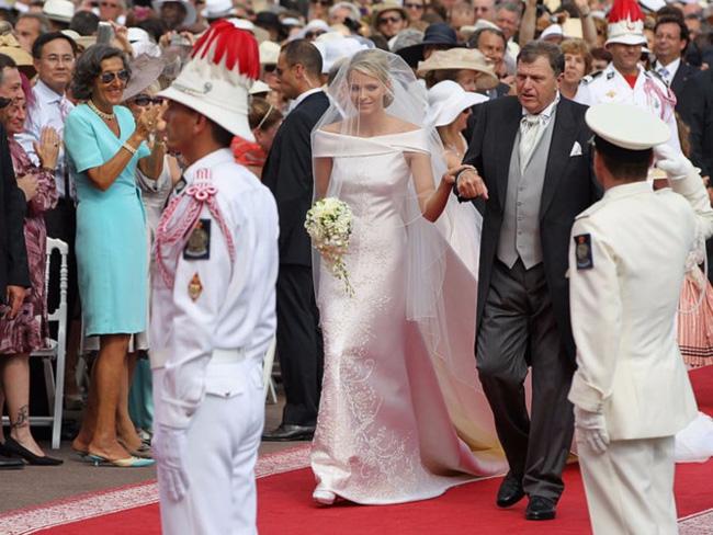 Công chúa Charlenediện váy cưới từ satin và lụa tơ tằm thanh lịch của hãng Armani trong buổi hôn lễ với Hoàng tử Albert năm 2011.