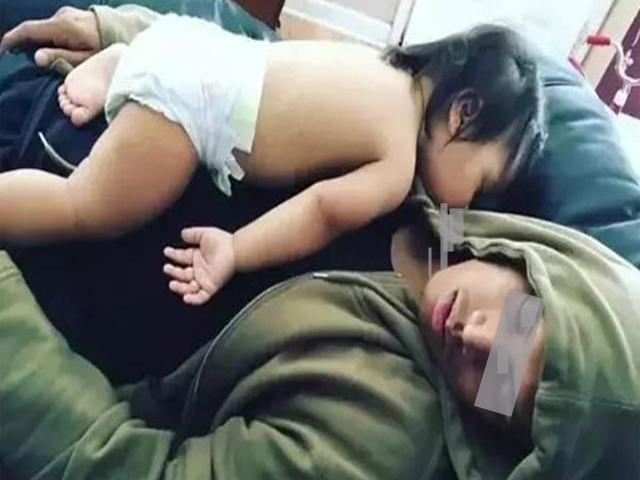 Bế con nằm úp mặt ru ngủ cho tình cảm, cha ân hận khi thức dậy con đã tử vong