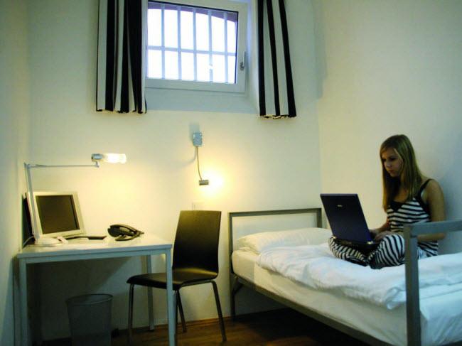 Alcatraz, Đức: Công trình tại thành phố Kaiserslautern từng là một nhà tù từ năm 1867 đến 2002, trước khi được cải tạo thành khách sạn sang trong với 65 phòng. Du khách có thể lựa chọn ở tại phòng được thiết kế như phòng giam với nhà vệ sinh chung.