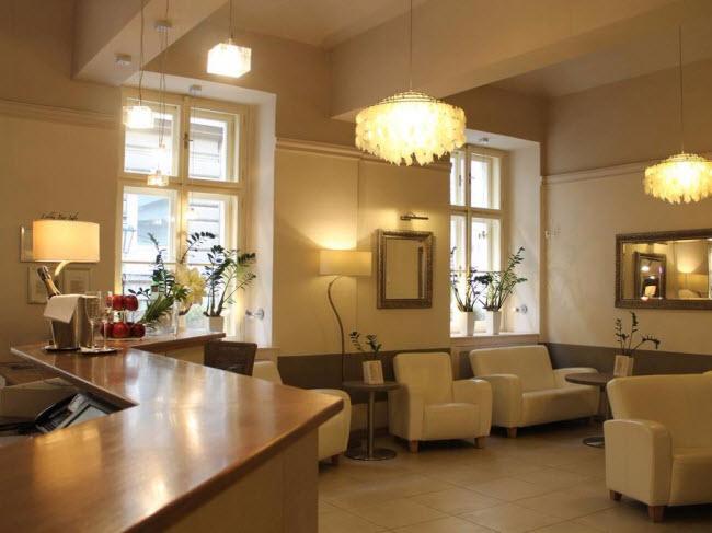 Unitas, Cộng hòa Czech: Cựu tổng thống Cộng hòa Czech, Vaclav Havel từng bị giam giữ trong nhà tù là khách sạn Unitas ngày nay. Đây là nơi ở thích hợp cho những du khách ba lô và có kinh phí hạn hẹp.