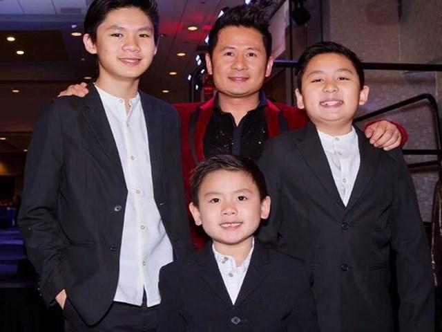 Bằng Kiều dạy 3 con trai đàn hát mừng sinh nhật vợ cũ Trizzie Phương Trinh