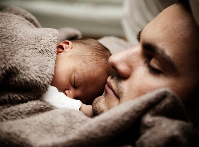 3. Đan Mạch  Thời gian được nghỉ: 365 ngày  Tỷ lệ lương được hưởng: 100%  Đan Mạch là một trong những quốc gia an toàn và hạnh phúc nhất trên thế giới với chínhsách nghỉ thai sản tuyệt vời. Chính sách này rất có lợi cho cả người mẹ lẫn cha khi gia đình có em bé. Trong đó, thời gian nghỉ của các bà mẹ là 18 tuần, các ông bố là 2 tuần, và 32 tuần còn lại sẽ được chia cho cả bố và mẹ.