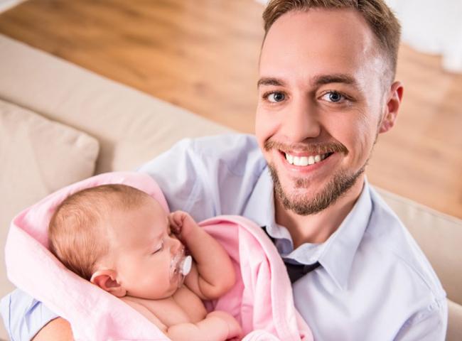 1. Thụy Điển  Thời gian được nghỉ: 420 ngày  Tỷ lệ lương được hưởng: 80%  Thụy Điển dành cho các bà mẹ mới sinh con thời gian nghỉ lên tới hơn 1 năm và những người mới làm bố cũng được nghỉ vài tuần. Mặc dù không được trả nguyên lương nhưng với 80% là con số cũng rất hào phóng.