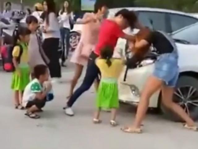 Đưa con đi khai giảng, hai bà mẹ giật tóc, đấm đá túi bụi vì... tranh chỗ đỗ xe