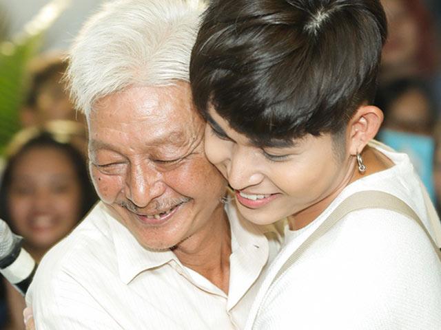 Xúc động hình ảnh bố Jun Phạm gầy gò, tóc trắng, lặng lẽ ngồi theo dõi con trai