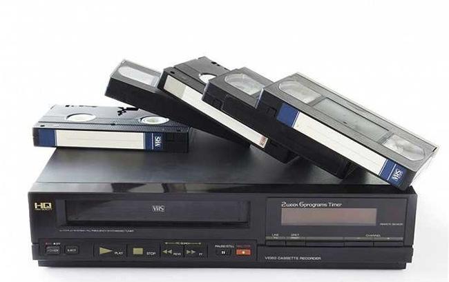 """Đầu băng VHS đi kèm với những chiếc băng hình hộp """"dày cộp"""" cũng là vật dụng không thể quên của thế hệ 8x, 9x."""