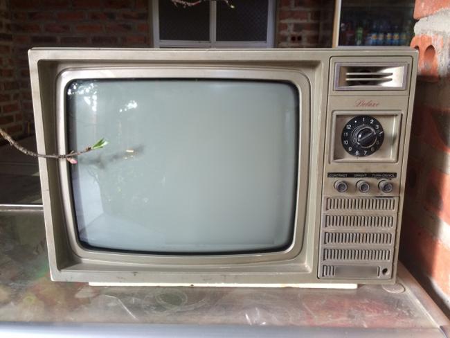 """Có ai còn nhớ chiếc TV """"cổ"""" có nút vặn bên phải không?"""