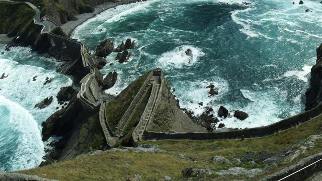 San Juan de Gaztelugatxe (Bermeo, Tây Ban Nha): Bắc từ đảo Gaztelugatxe (Lâu đài Đá) tới vùng đất liền Tây Ban Nha, cây cầu hùng tráng trên Vịnh Biscay từngđược chọn làm bối cảnh quay đảo Đá Rồng trongphần 7 củaloạt phim Trò chơi Vương quyền (Game of Thrones).