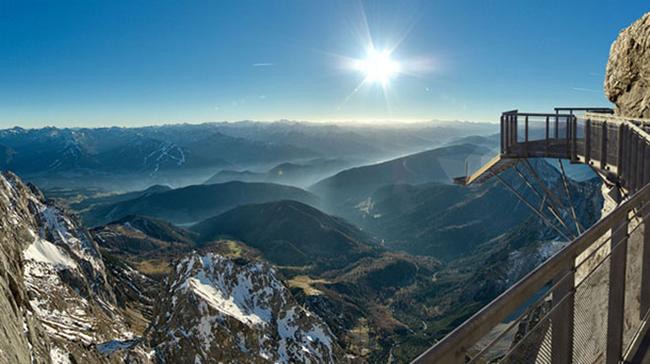 Cây cầu bắc qua sông băng Dachstein, Austria  Mở cửa vào thứ 4, cây cầu sẽ cho du khách thấy phong cảnh quan ngoạn mục của dãy Alps trên độ cao 400m chỉ dành cho những người dũng cảm và để kiểm tra dũng khí của họ.  Cây cầu nằm gần thị trấn Schladming, dài khoảng 100m và mất 6 tháng để xây dựng, lắp ráp và là cây cầu cao nhất ở Áo. Cây cầu chỉ dành cho những người có thần kinh thép.