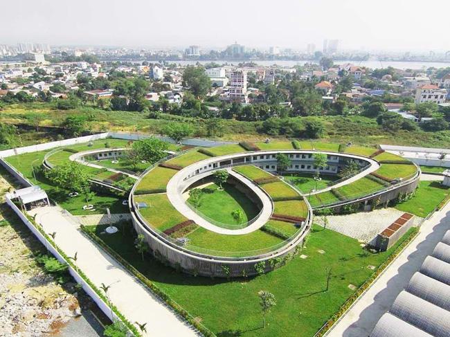 Trường mẫu giáoFarming Kindergarten ở Đồng Nai của KTS Võ Trọng Nghĩađược tạp chí kiến trúc nổi tiếngArchDaily công nhận là một trong những công trình mới tốt nhất thế giới, đứng đầu top 12 trường mầm nonđẹp nhất thế giới do tạp chí kinh tế uy tín Business Insider (Mỹ) bình chọn.