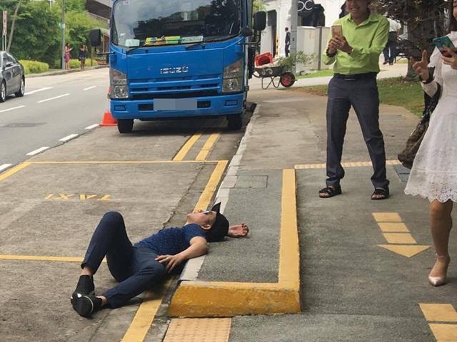 Hành động lạ của ca sĩ Quách Tuấn Du: Nằm sõng soài trên đường phố Singapore