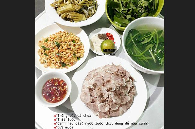 Là người trực tiếp lo lắng việc cơm nước trong gia đình,chị Lê Thị Thu Hà luôn cố gắng sắp xếp mâm cơm mỗi ngàysao cho đúng tiêu chí ngon - bổ - rẻ.