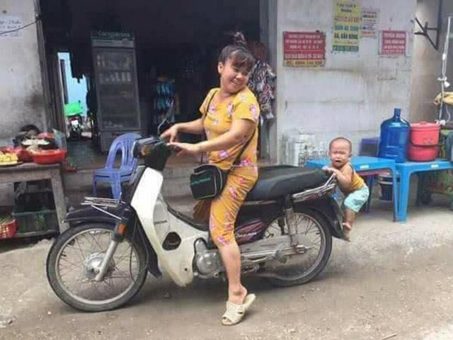 Bé trai nhảy lên xe không cho mẹ đi chợ khiến dân mạng bấn loạn vì yêu ơi là yêu