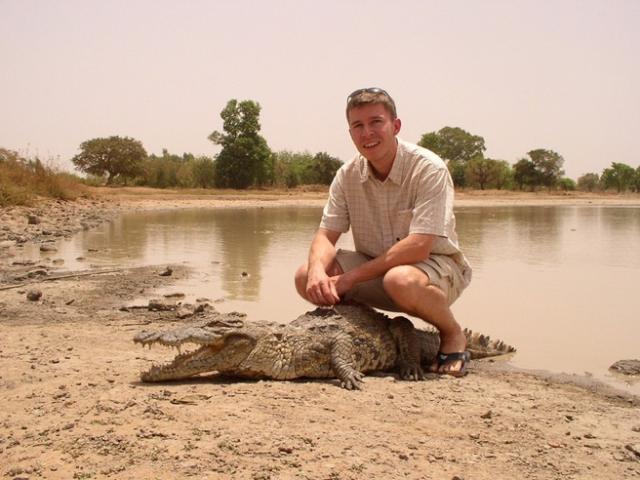 Thoải mái sờ và cưỡi cá sấu khổng lồ tại ngôi làng có 1-0-2 này