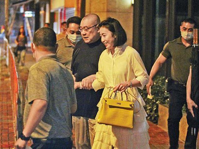 Gần 70 tuổi phải chống gậy, tỷ phú Hong Kong vẫn bắt vợ trẻ dìu ra phố hẹn hò