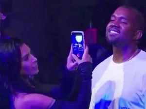 """Chồng """"đắm đuối cá chuối"""" nhìn gái, biểu hiện của """"Kim siêu vòng 3"""" khiến fan phì cười"""