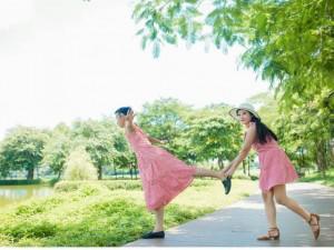"""Cặp đôi chụp ảnh cưới siêu """"lầy"""": Cô dâu chú rể đều... mặc váy!"""