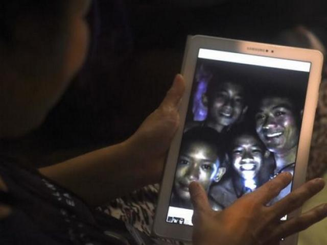 Khoảnh khắc tìm được đội bóng Thái trong hang sau 10 ngày mắc kẹt