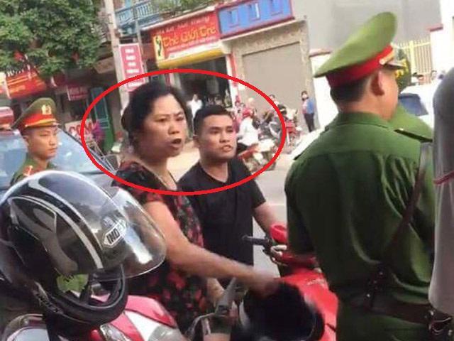 Bị giữ xe máy, nam thanh niên xăm trổ gọi điện mách bố mẹ và cách hành xử bất ngờ