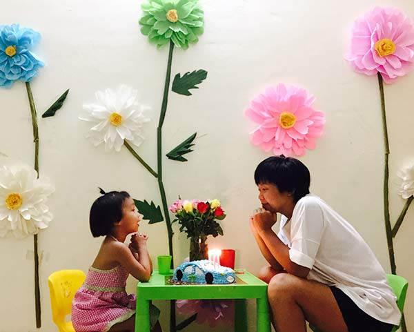 """Mẹ đơn thân mê phượt tỉ mẩn trang trí căn phòng với những bông hoa """"khổng lồ"""" tặng con gái - 1"""