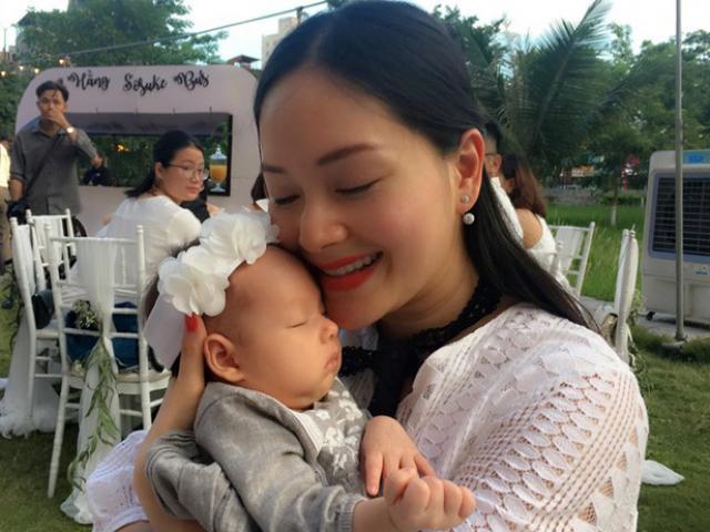 Sinh được gần 2 tháng, con gái diễn viên Lan Phương đã đi làm cùng mẹ