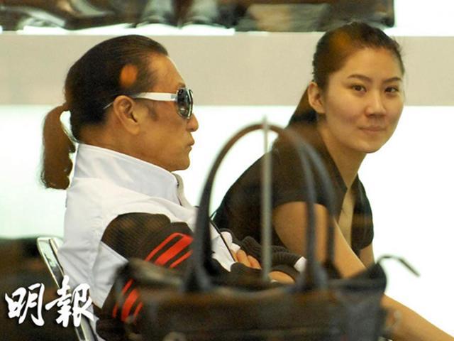 Ở tuổi 81, cuối cùng bố Tạ Đình Phong cũng chia tay cô bồ kém 49 tuổi